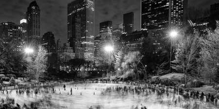 クライスラービル、セントラルパーク、ミッドタウン、マンハッタン、ニューヨーク市、ニューヨーク州、米国でスケート氷します。 写真素材