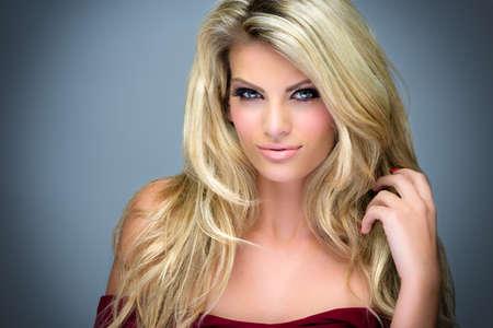 capelli lunghi: Immagine di un attraente giovane donna in posa