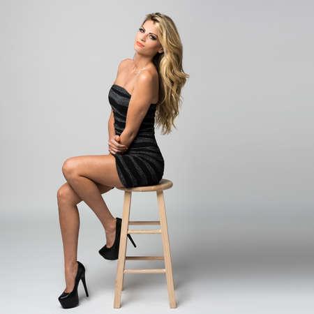 Obrázek atraktivní mladá žena, která představuje Reklamní fotografie