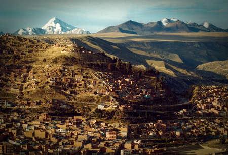 Houses in a town with a mountain range in the background, Macrodistrito Maximiliano Paredes, La Paz, Bolivia Standard-Bild