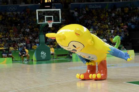 Rio, Brasil - 13 de agosto de 2016: Mascota durante el juego de baloncesto Brasil (BRA) vs Argentina (ARG) en Arena Carioca 1 en los Juegos Olímpicos de Río 2016 Editorial