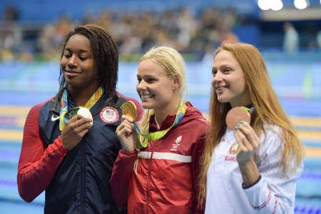 piscina olimpica: Rio de Janeiro, Brazil - august 13, 2016: Simone Manuel (L) (USA), Pernille Blume (DEN) (C) and Aliaksandra Herasimenia (R) (BLR) during medal ceremony after womens 50 metre freestyle of the Rio 2016 Olympics