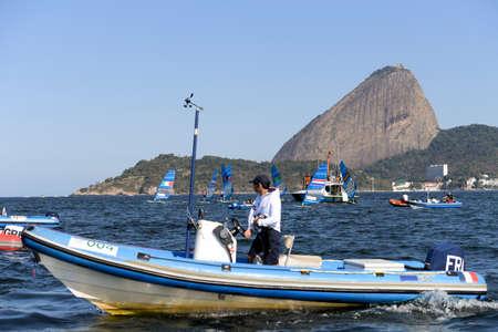 리오 데 자네이, 브라질 - 2016 년 8 월 14 일 : 리오 2016 올림픽 게임의 남자 rs-x medley 릴레이 중 보트 지원