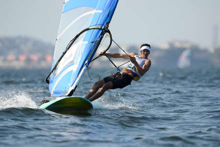 리우데 자네이루, 브라질 - 2016 년 8 월 14 일 : 리오 2016 올림픽 게임의 남자 rs-x medley 릴레이 중 Toni Wilhelm (GER)
