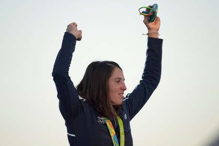 리우데 자네이루, 브라질 - 2016 년 8 월 14 일 : 2016 올림픽 게임 리딩 시상식 여성 rs-x 항해 중 Charline PICON (FRA) 금메달