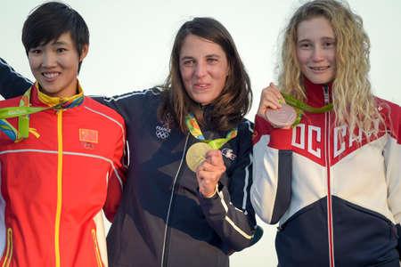 리오 데 자네이로, 브라질 - 2016 년 8 월 14 일 : Charline PICON (FRA) 금메달, Peina CHEN (CHN) 실버 및 Stefaniya ELFUTINA (RUS) 청동, 포디 엄 행사 중 Rio-2016 올림픽 게 에디토리얼