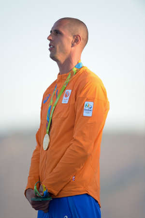 리오 데 자네이, 브라질 - 2016 년 8 월 14 일 : 리오 데 자네이로 올림픽 게임의 남자 rs-x 항해 연단 의식 도리안 리처 르 베르그 (NED) 금메달 에디토리얼