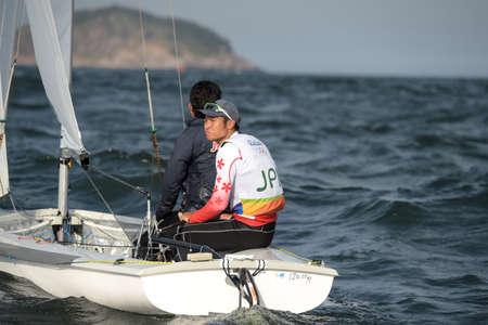 piscina olimpica: Río de Janeiro, Brasil - 15 de agosto de 2016: DOI Kazuto (Helm) IMAMURA Kimihiko (equipo) durante la clase 470 de los hombres que navega en los Juegos Olímpicos de Río 2016 Editorial
