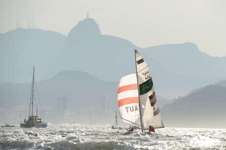 리우데 자네이루, 브라질 - 2016 년 8 월 15 일 : Rade 2016 올림픽 게임에서 남자 470 클래스 항해 중 Voodo Lara (Helm) OGAR Jolanta (Crew)