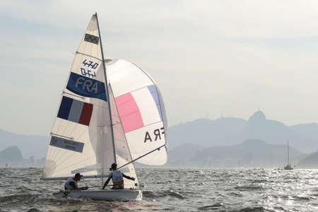 piscina olimpica: Río de Janeiro, Brasil - 15 de agosto de 2016: BOUVET Sofian (Helm) MION Jeremie (tripulación) durante la clase de 470 hombres navegando en los Juegos Olímpicos de Río 2016 Editorial