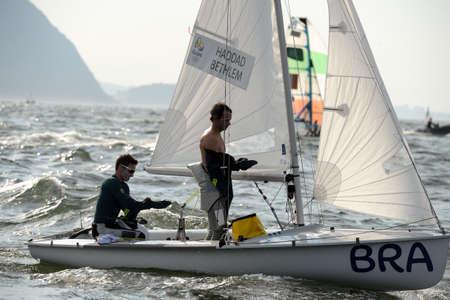 리오 데 자네이로, 브라질 - 2016 년 8 월 15 일 : HADDAD Henrique (헬름) 베테랑 브루노 (승무원)는 리오 2016 올림픽 게임에서 남자 470 클래스 항해 중