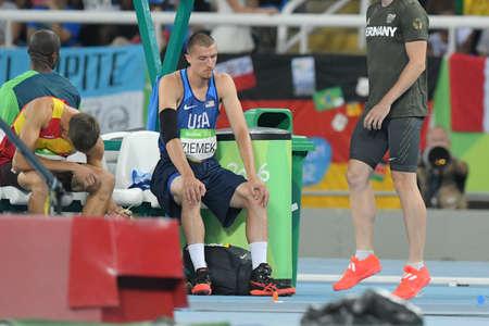 리오 데 자네이로, 브라질 - 2016 년 8 월 18 일 : 리오 2016 올림픽 게임에서 남자 10 종 경기 창 던지기 동안 Zach Ziemek (미국)