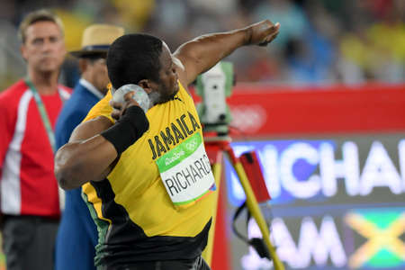 Río de Janeiro, Brasil - 18 de agosto, 2016: O'Dayne RICHARDS (JAM) durante lanzamiento de peso masculino final en los Juegos Olímpicos de Río 2016