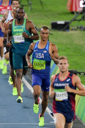 Río de Janeiro, Brasil - 18 de agosto de 2016: Corredor Ashton Eaton (los EEUU) durante el funcionamiento de los hombres de Decathon 1500m en las Olimpiadas de Río 2016 Editorial