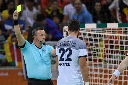 terrain de handball: Rio, Brazil - august 19, 2016: Referee during Handball game France (FRA) vs Germany (GER) in Future Arena in the Olympics Rio 2016