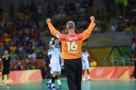 Rio, Brasil - 19 de agosto de 2016: Thierry OMEYER (FRA) durante el juego de balonmano Francia (FRA) vs Alemania (GER) en Future Arena en los Juegos Olímpicos de Río 2016
