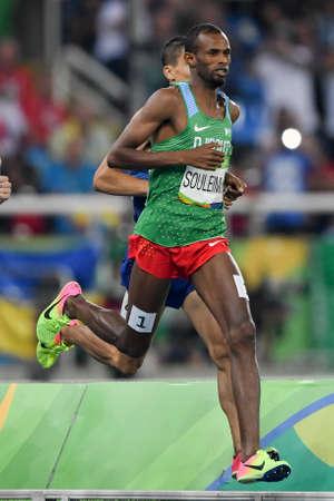 Río de Janeiro, Brasil - 20 de agosto de 2016: Ayanieh Souleiman (DJI) durante los 1500m masculinos en los Juegos Olímpicos de Río 2016