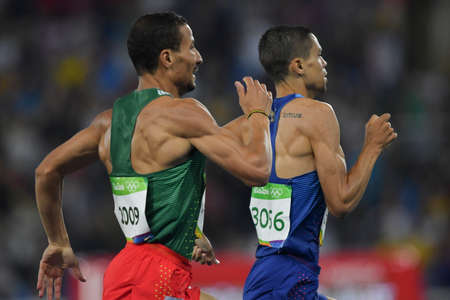 Rio de Janeiro, Brazilië - augustus 20, 2016: Matthew Centrowitz (VS) en Taoufik (ALG) tijdens 1500m Heren in de Olympische Spelen 2016 in Rio