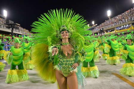 Río de Janeiro, RJ / Brasil - 09 de febrero de 2018: Desfile de la escuela de samba en el Sambódromo. Rensacer de Jacarepagua durante festival en la calle Marqués de Sapucai. Editorial