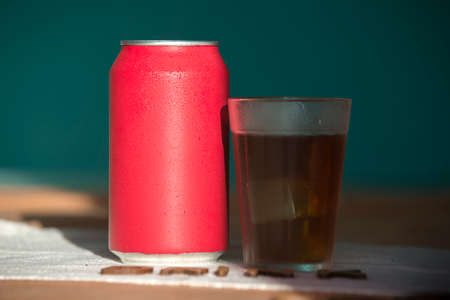 red soda can with a glass filled with ice Stockfoto