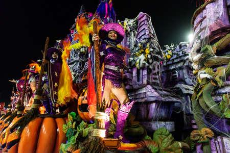Río, Brasil - 03 de marzo de 2019: Viradouro durante el Carnaval de la Escuela de Samba Carnival RJ 2019, en el Sambódromo