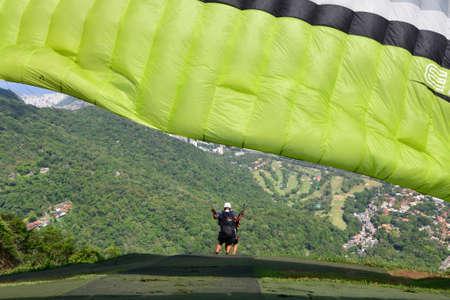 RIO DE JANEIRO, RJ - 06/01/2015: PEDRA BONITA - RJ - Turistas fazem voo de parapente na Pedra Bonita (Parque Nacional da Tijuca) em mais um dia de verão no Rio de Janeiro. (Foto: Celso Pupo / Fotoarena)