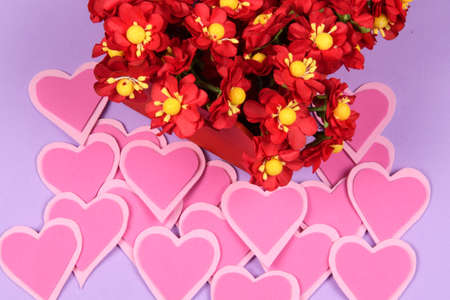red box with flowers next to a heart and lilas background Banque d'images