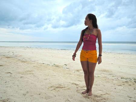 arena blanca: Filipina en una playa de arena blanca