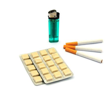 goma de mascar: cigarrillos, goma de mascar de nicotina y un encendedor  Foto de archivo