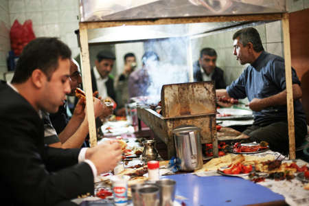 DIYARBAKIR, TURKEY - SEPTEMBER 28: People eating at traditional kebab house in Diyarbakir on September 28, 2009 in Diyarbakir, Turkey. Diyarbakir is one of the largest cities in southeastern Turkey. Sajtókép