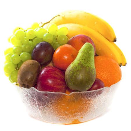 Een glazen schaal met vruchten. Geà ¯ soleerd op wit.