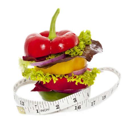 Grönsaker smörgås med måttband runt det. Isolerad på vit