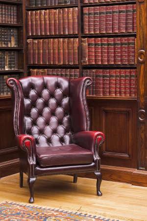 Traditionell Chesterfield stol i klassisk bibliotek rum