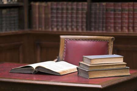 ley: Abrir libro sobre la mesa. Entorno de la Educaci�n Foto de archivo