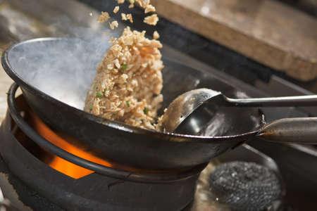 Närbild av stekt ris som tillagas i wok Stockfoto