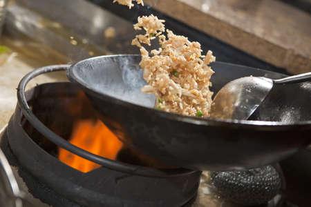 Närbild av ångande mat som tillagas i wok Stockfoto