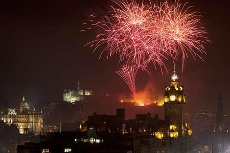 Edinburgh stadsbild med fyrverkerier över Slottet och Balmoral Clock Tower