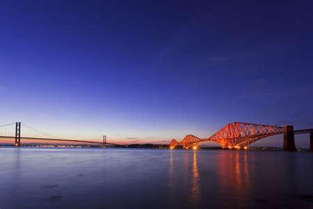 Forth Road Bridge i skymningen i Edinburgh, South Queensferry, Skottland