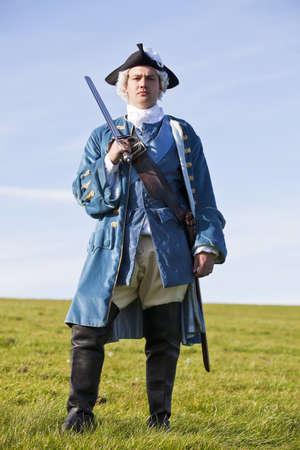 reenactor: Reenactor en el siglo 18 uniforme oficial del ej�rcito brit�nico de infanter�a Foto de archivo