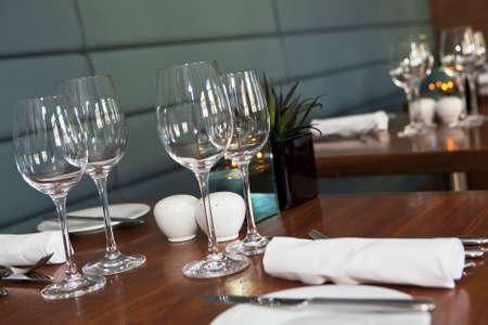 tavolo da pranzo: Tavolo da pranzo formale istituito nel ristorante di lusso alla moda. Messa a fuoco selettiva. Profondit� di campo