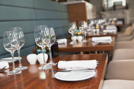 Formella matbord inrättades elegant lyxrestaurang. Selektiv fokus. Grunt skärpedjup