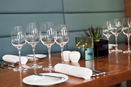 Vinglas på bordet i stilren lyxrestaurang. Selektiv fokus. Grunt skärpedjup Stockfoto