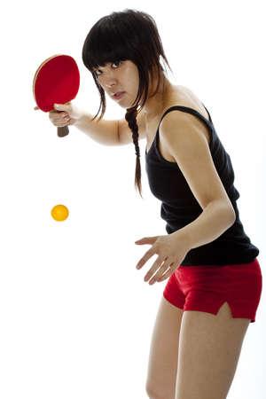 Ung asiatisk kvinna med en ping-pong racket isolerade på vitt Närbild, vertikal komposition