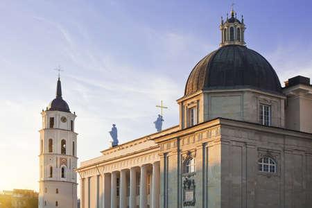Vilnius katedral och klockstapel tornet i katedralen torget, mitt i Vilnius, huvudstad i Litauen