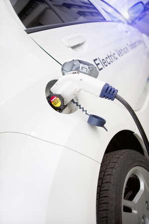 Sladden hänger ner från gastank plats på denna elektriska fordon Stockfoto