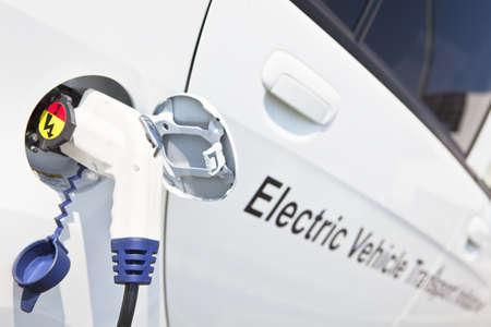 Elektrisk laddning noozle införd i elektriska bilens laddningskontakten