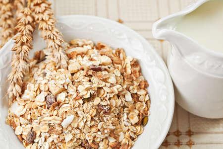 Hälsosam kost frukost låga kalorier skål schweiziska müsli. Ovanför synvinkel, närbild