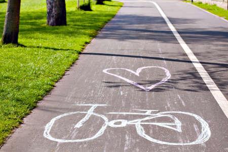 Cykel symbol ritat med krita på stads cykelväg lane