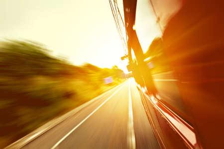 viagem: ônibus velho Red indo rápido na estrada com fundo do borrão de movimento