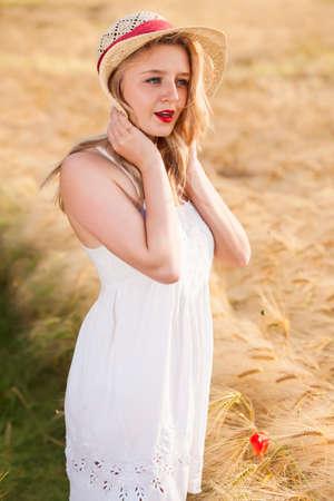 Девушка в белом платье позирует